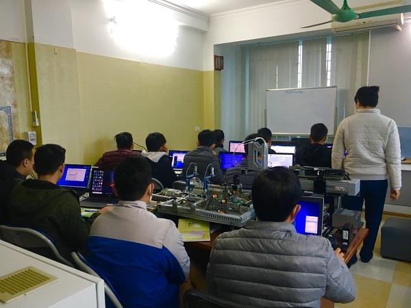 Học viên đang thực hành lập trình plc tại PLCTech